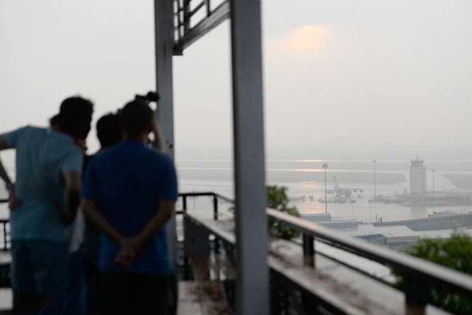 Nhiều phóng viên các báo, đài cũng có mặt đưa tin chiếc máy bay US Air Force (C17) hạ cánh tại sân bay Tân Sơn Nhất - Ảnh: Hữu Khoa