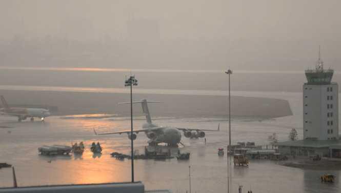 Chiếc máy bay US Air Force (C17) tại sân bay Tân Sơn Nhất trong cơn mưa lớn - Ảnh: Hữu Khoa
