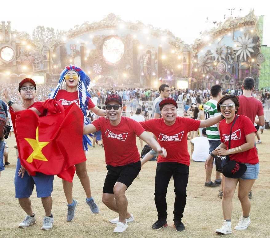 MC Phan Anh cùng bạn bè tại Tomorrowland