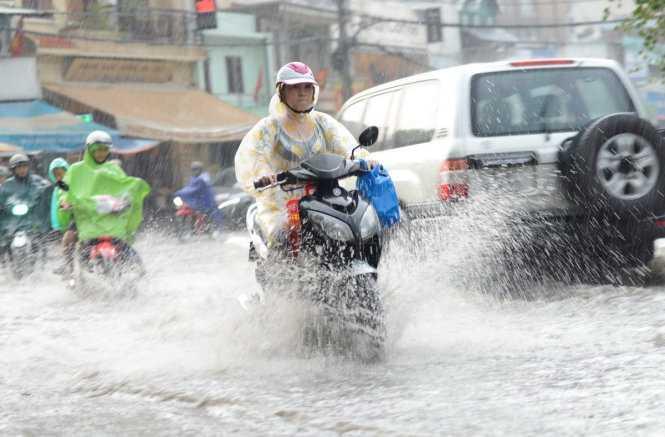Nước ngập nặng trên đường Nguyễn Hữu Cảnh (Q.Bình Thạnh) - Ảnh: Tuổi trẻ