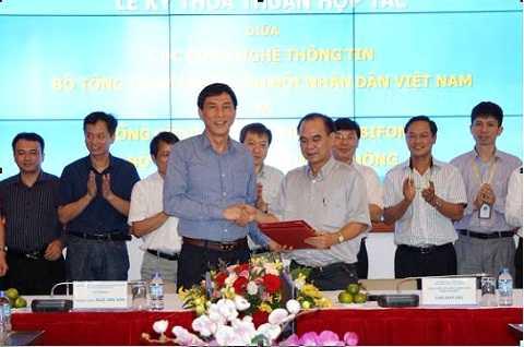 Ông Cao Duy Hải - Tổng giám đốc - Thành viên Hội đồng thành viên đã ký kết thỏa thuận hợp tác với Trung tướng Ngô Van Sơn - Cục trưởng Cục CNTT, Bộ Tổng Tham mưu.