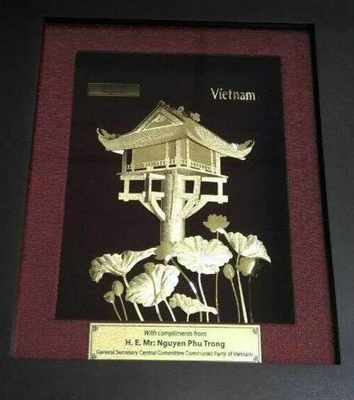 Bức tranh chùa Một Cột và hoa sen được Tổng bí thư Nguyễn Phú Trọng tặng ông Obama.