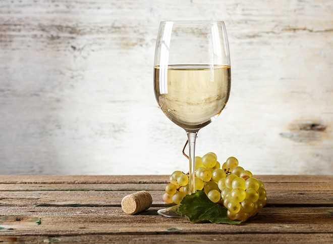 Rượu: Uống rượu làm giãn các van nối dạ dày và thực quản, cơ thể không thể giữ thực phẩm trong dạ dày, dễ gây trào ngược. Ngoài ra, uống rượu trước khi ngủ khiến bạn thức dậy suốt đêm và làm giảm chất lượng giấc ngủ. Ảnh: Eatthis