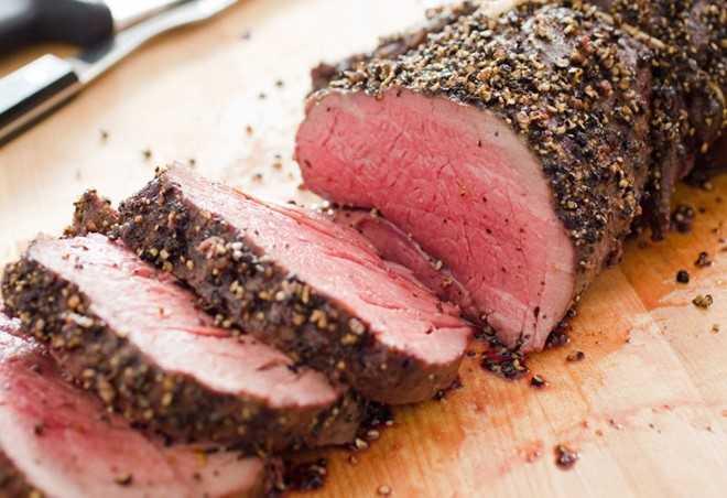 Thịt đỏ: Các loại thịt đỏ rất khó tiêu hóa, cần mất thời gian dài để tiêu hóa lượng protein và chất béo trong thịt đỏ. Chúng sẽ kích thích cơ thể sản xuất nhiều endorphin khiến bạn sẽ thấy khó ngủ hơn nếu ăn vào buổi tối. Ảnh: Lifehacker.
