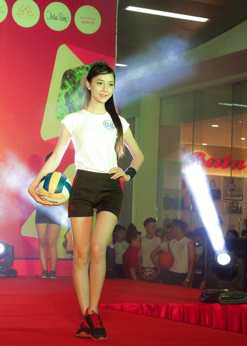 Dương Nguyễn Ngân Hoa tự tin trong trang phục thể thao