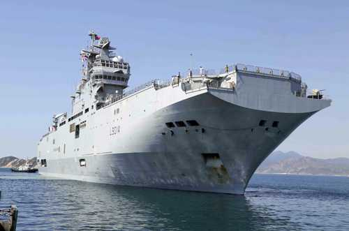 Tàu Tonnerre cập cảng quốc tế Cam Ranh. Ảnh: N.X