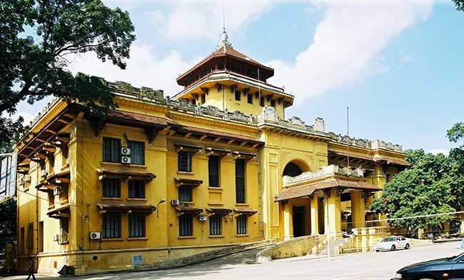"""Tòa nhà mang phong cách """"Kiến trúc Đông Dương"""" kết hợp giữa kiến trúc kinh viện Châu Âu với các thành phần và giải pháp kiến trúc bản địa được xây dựng ở Hà Nội do kiến trúc sư E.Hébrard thiết kế năm 1924. Công trình hiện nay vẫn là một điểm nhấn về nghệ thuật kiến trúc tại Hà Nội."""