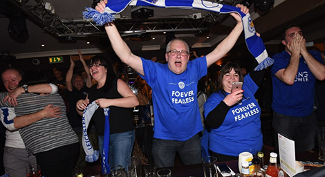Người dân thành phố ăn mừng trong các quán bar