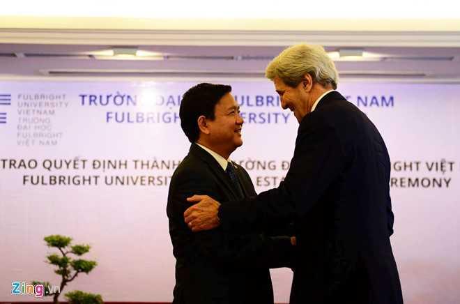 Ngoại trưởng Mỹ John Kerry trò chuyện thân mật cùng Bí thư Thành ủy TP HCM Đinh La Thăng.