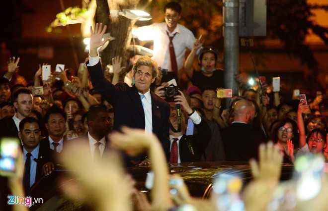 Ngoại trưởng Mỹ John Kerry vẫy tay chào người dân Sài Gòn đêm 24/5.