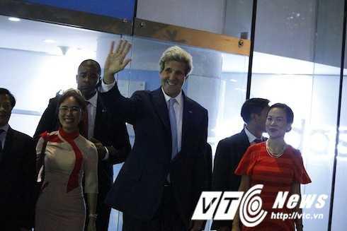 Ngoại trưởng Mỹ John Kerry và bí thư Thăng được người dân hò reo, xin bắt tay