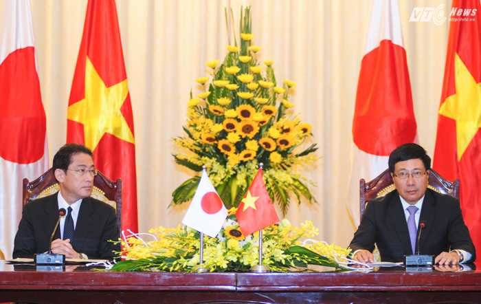 Phó Thủ tướng, Bộ trưởng Ngoại giao Phạm Bình Minh và Ngoại trưởng Nhật Bản Fumio Kishida trong họp báo sáng 6/5 - Ảnh: Tùng Đinh