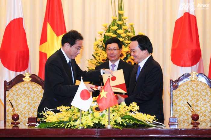 Bộ trưởng Giáo dục và Đào tạo Phùng Xuân Nhạ ký Công hàm với Ngoại trưởng Nhật Bản Fumio Kishida - Ảnh: Tùng Đinh