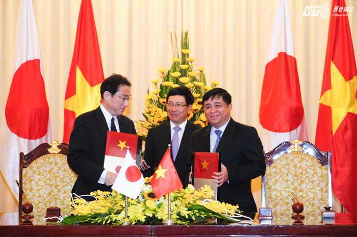 Bộ trưởng Kế hoạch và đầu tư Nguyễn Chí Dũng ký Công hàm với Ngoại trưởng Nhật Bản Fumio Kishida - Ảnh: Tùng Đinh