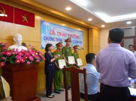 Bà Trịnh Thị Mỹ Lan- PCT UBND Quận 12 trao bằng khen cho tập thể Đội CSĐTPCTP về ma túy. ẢNH: THANH TUYỀN.