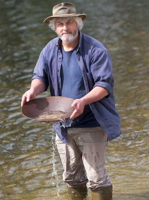 Vincent Thurkettle 60 tuổi là người đã phát hiện ra thỏi vàng dưới đáy biển.