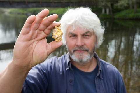 Trong lúc lặn quanh từ bờ biển chừng 5m, Vincent Thurkettle đã vô tình phát hiện vật thể quý giá.