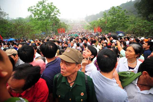 Có những người từ xa đến phải về khu vực gần đền Hùng thuê phòng trọ từ đêm hôm trước, hoặc phải đến từ rất sớm. (Ảnh: 24h)