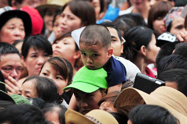 Nhiều người già và cả trẻ em cũng góp mặt trong dòng người chen chúc (Ảnh: 24h)