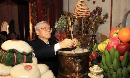 Đại diện cho hơn 90 triệu người dân Việt Nam khắp mọi miền Tổ quốc và kiều bào nước ngoài, Tổng bí thư cùng đoàn đại biểu đã thành kính dâng hương tri ân, tưởng nhớ các Vua Hùng.