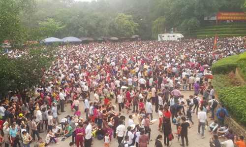 Như mọi năm, ngày Quốc giỗ năm nay cũng thu hút hàng trăm ngàn thậm chí hàng triệu người về đây dâng lễ, dâng hương.