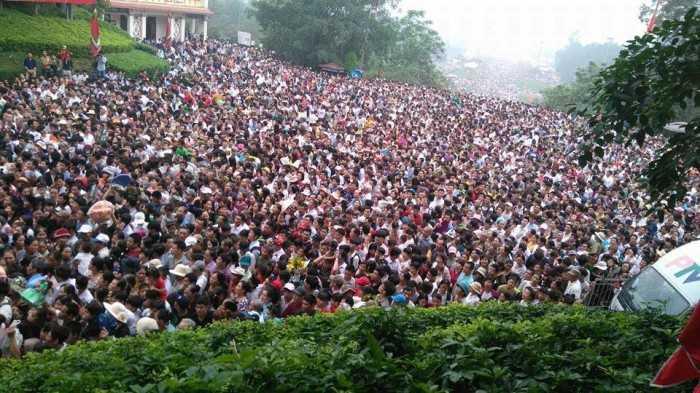 Hiện ước tính có gần 2 triệu du khách thập phương chuẩn bị lên Đền để dâng lễ, dâng hương tưởng nhớ các Vua Hùng.