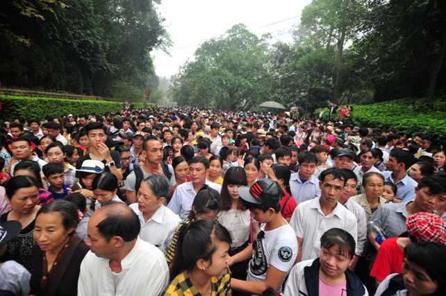 Đoàn người chờ đợi mở cửa lối lên khu đền chính
