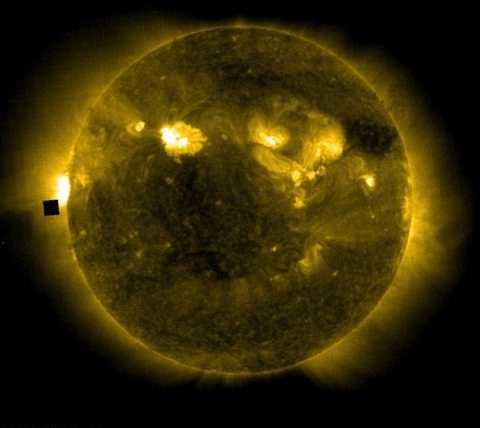 Người ngoài hành tinh đang hoạt động tích cực quanh quỹ đạo mặt trời. Ảnh Dailymail