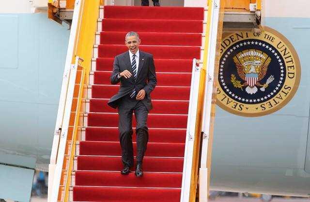 Tổng thống Mỹ Obama bước xuống Sân bay Tân Sơn Nhất với nụ cười thường trực - Nguồn ảnh: Thanh Niên