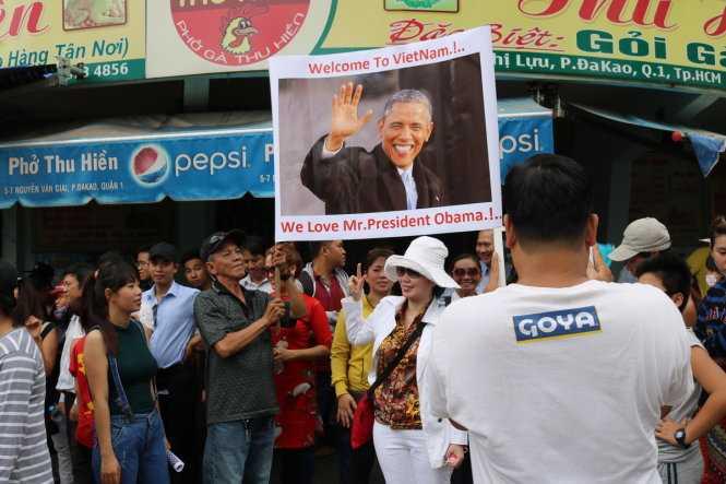 Giơ cao bannner chào đón Tổng thống Mỹ Barack Obama - Ảnh: Trần Kim Anh