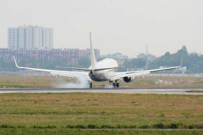 Chiếc Boeing 737 - 800 vừa hạ cánh xuống sân bay Tân Sơn Nhất - Ảnh: Bảo Duy