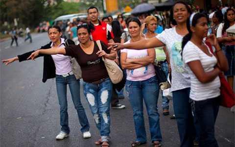 Người dân Venezuela vẫy xe để tới chỗ làm sau khi dịch vụ tàu điện ngầm bị dừng do mất điện vào tháng 4/2011 - Ảnh: BI/Reuters.
