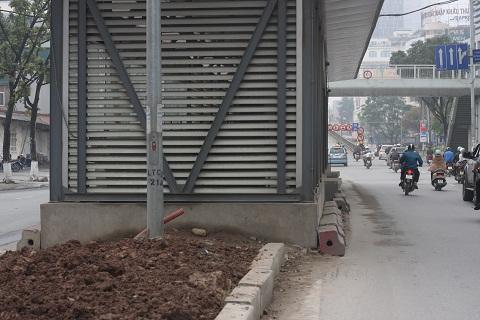 Bụi phủ kín, đất đá ngổn ngang, nhà chờ xe buýt nhếch nhác, xập xệ trên các tuyến phố Hà Nội