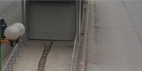 Đường bê tông xây xong đã tạo nên các khe rãnh mấp mô trên đường
