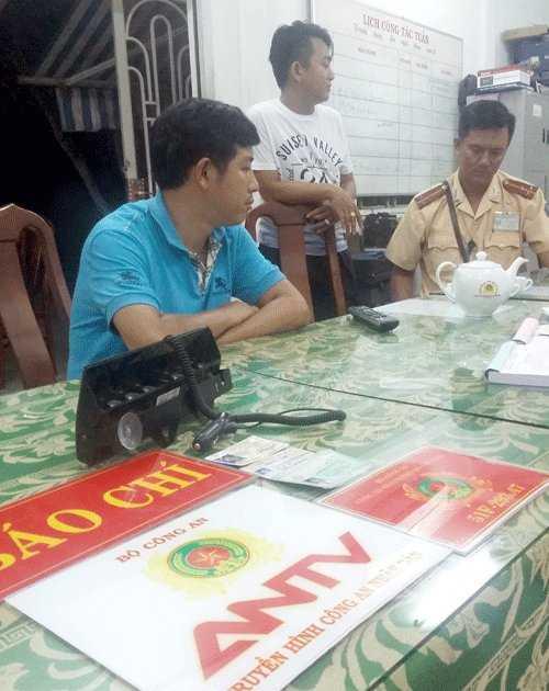 Người tự nhận tên Đỗ Nguyễn Phương Lâm (mặc áo xanh) xưng danh nhà báo tại cơ quan công an.