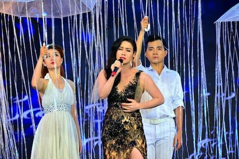 Nhật Kim Anh sexy hát ca khúc buồn 'Mưa đã tạnh'.