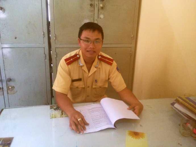 Thiếu úy Huỳnh Phước Chiến, người nghĩ ra cách xử phạt độc đáo và Thanh Tuyền, cô gái ngồi chép phạt bên đường gây bão mạng