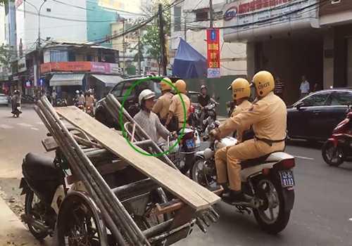 Một người phụ nữ chạy xe vào đường ngược chiều, lập tức được 4 cảnh sát giao thông nhắc nhở quay đầu lại và không phạt. (Ảnh cắt từ clip).