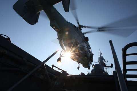 Máy bay trực thăng chống tàu ngầm KA-27 PL cất cánh từ boong tàu tuần tra Yaroslav Mudryi thuộc Hạm đội Baltic Nga