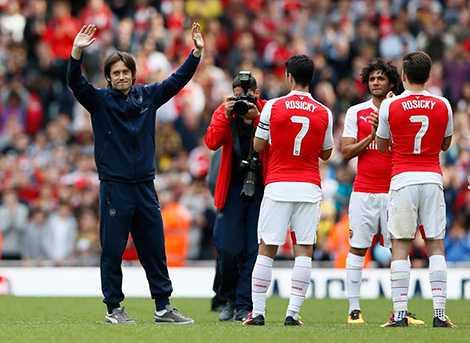 Rosicky được tri ân đặc biệt dù không tham dự trận gặp Aston Villa