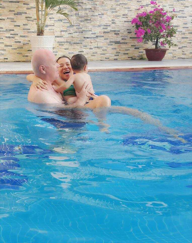Lâu lâu bố mới ở nhà, hai mẹ con Thu Minh tranh thủ bám dính để cả nhà cùng đi bơi vui vẻ