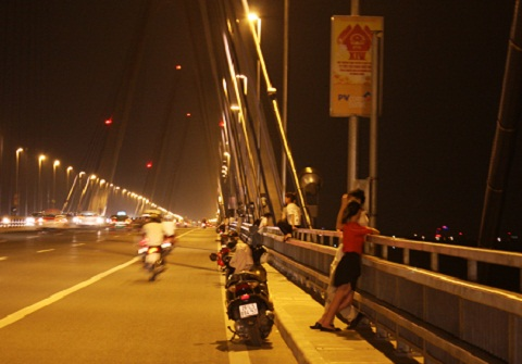 Hàng dài xe la liệt trên cầu, rất đông nam thanh nữ tú tập trung trên cầu hóng gió.