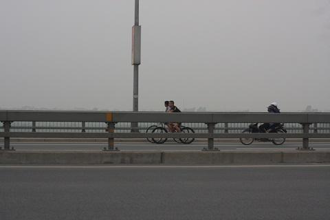Giờ cấm nhưng người dân vẫn thản nhiên vừa đạp xe vừa tâm sự hóng gió trên cầu.