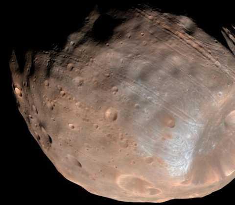 Mỗi thế kỷ trôi qua, quỹ đạo của Phobos lại thu nhỏ và tiến gần đến sao Hỏa 2 m.