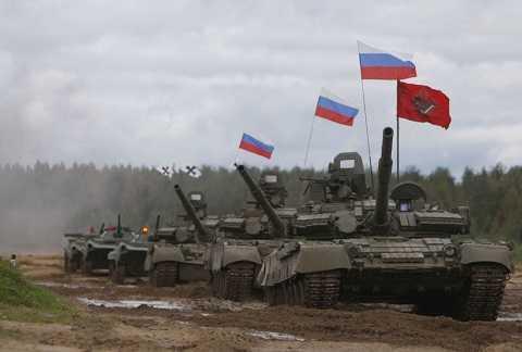 Mạn sườn của T-80 được che phủ bởi lớp rèm cao su bảo vệ có tác dụng chống đạn.