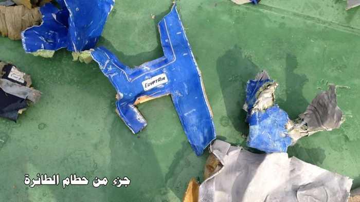 Mảnh vỡ tìm thấy ở khu vực máy bay mất tín hiệu có logo của EgyptAir