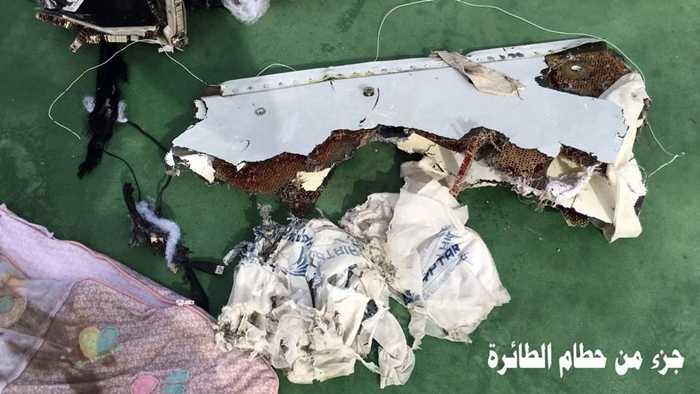 Các mảnh vỡ đa số đều có logo của EgyptAir