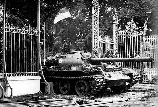Sáng 30/4, đoàn xe tăng lao qua cổng chính Dinh Độc Lập. 11h30, Đại đội trưởng Bùi Quang Thận ra khỏi xe 843, lấy lá cờ trên xe của mình đem treo lên cột cờ trên nóc Dinh Độc Lập
