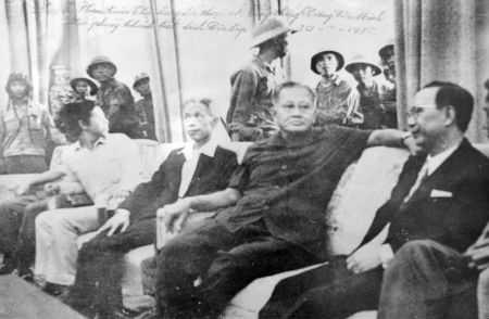 Tiến vào bắt sống toàn bộ nội các Sài Gòn
