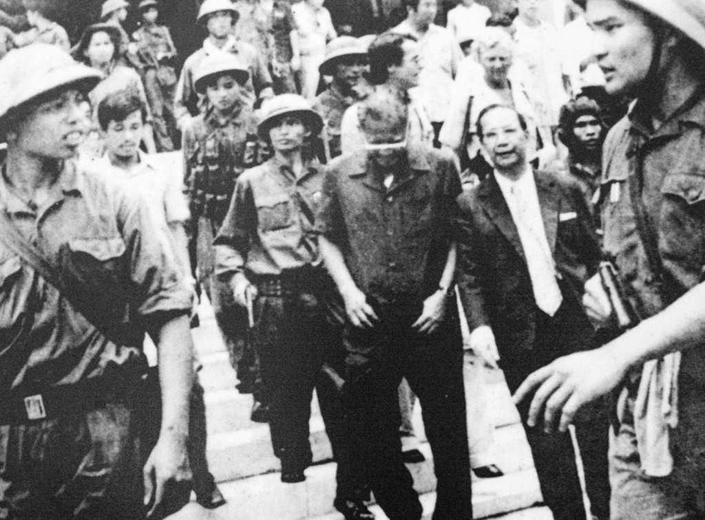 Tổng thống Dương Văn Minh cùng nội các ra trước đài phát thanh tuyên bố đầu hàng vô điều kiện, kết thúc chiến tranh tại Việt Nam